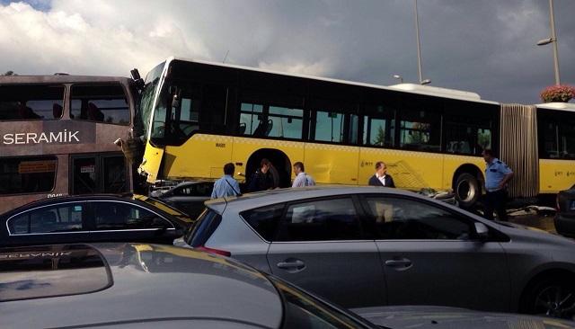 İstanbul'da büyük kaza: Yoldan çıkan metrobüs araçları ezdi