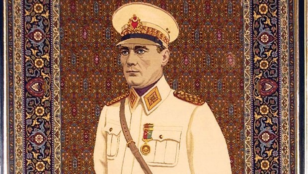 Mareşal üniformalı Atatürk Meclis'ten kaldırıldı
