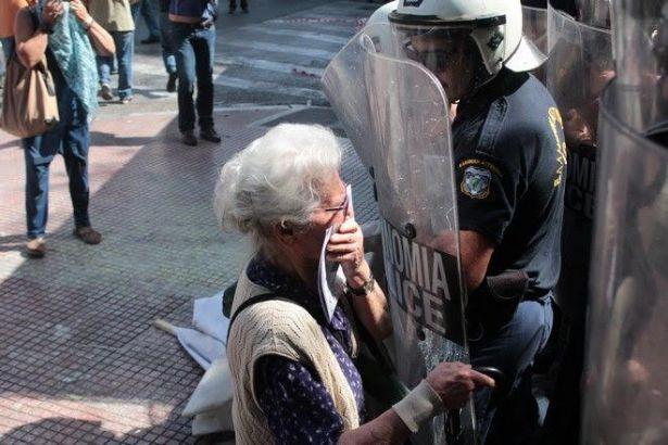 SYRIZA, Nazi Almanyası'na karşı savaşan isme de gaz sıktı