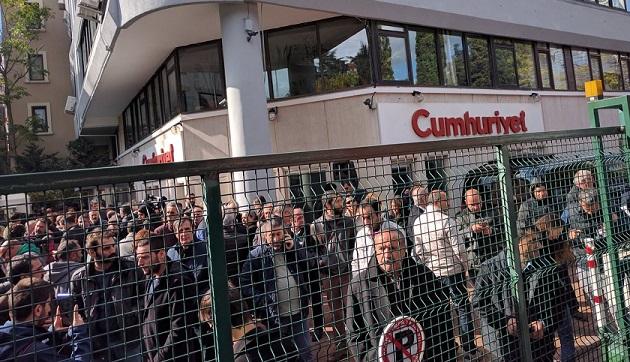 Cumhuriyet'e AKP operasyonu: Gazete önünde protesto başladı