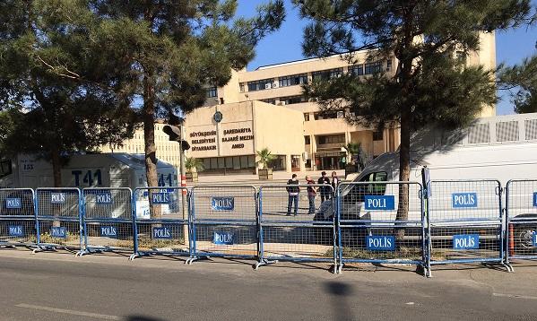 Gülten Kışanak için yapılacak eyleme yasak: Belediye'nin etrafı barikatlarla çevrildi