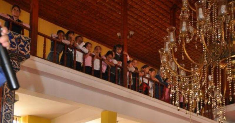 İlkokul çocuklarını camiye götürüp ezan okuttular
