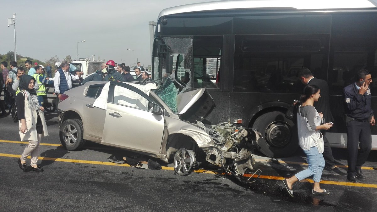 İstanbul'da feci kaza: Otomobil metrobüs yoluna girdi