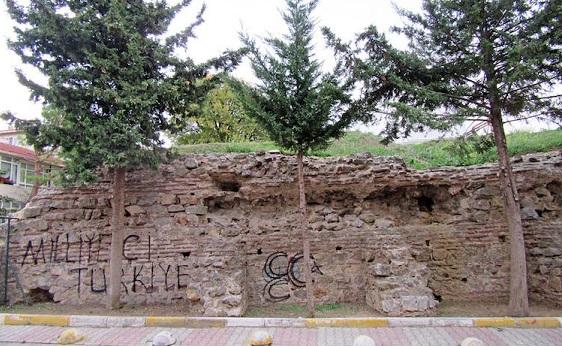 İstanbul'da bin 100 yıllık duvara üç hilalli saldırı