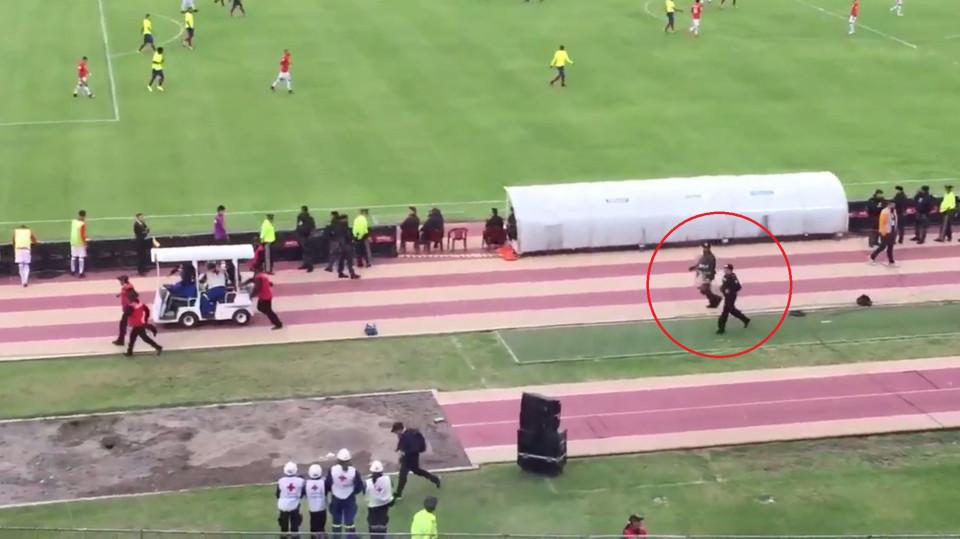 VİDEO | Valencia saha içinde polisten kaçtı