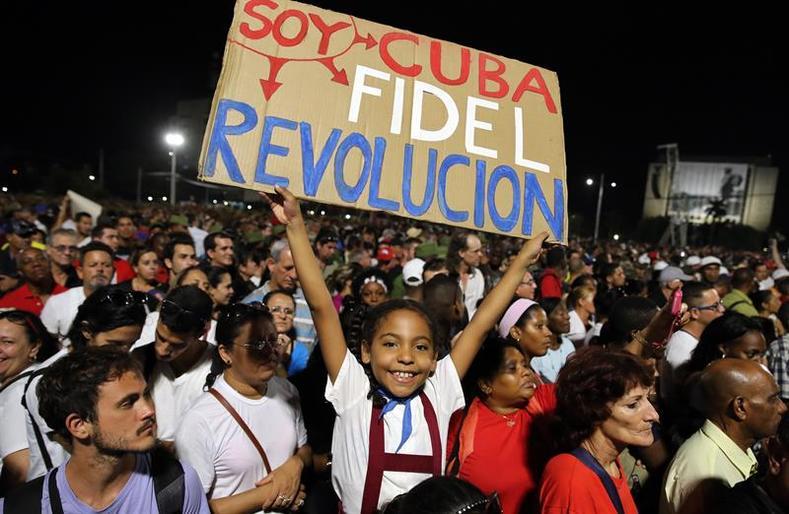 VİDEO | Yüz binler Havana'da Fidel'i uğurladı