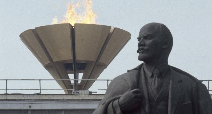 VİDEO | Ekim Devrimi'nin yıldönümünde Lenin heykeli dikildi
