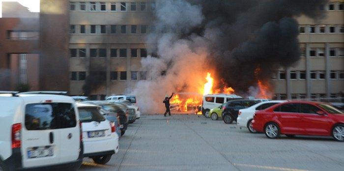 Adana Valiliği önünde bombalı araçla saldırı: 2 ölü, 16 yaralı
