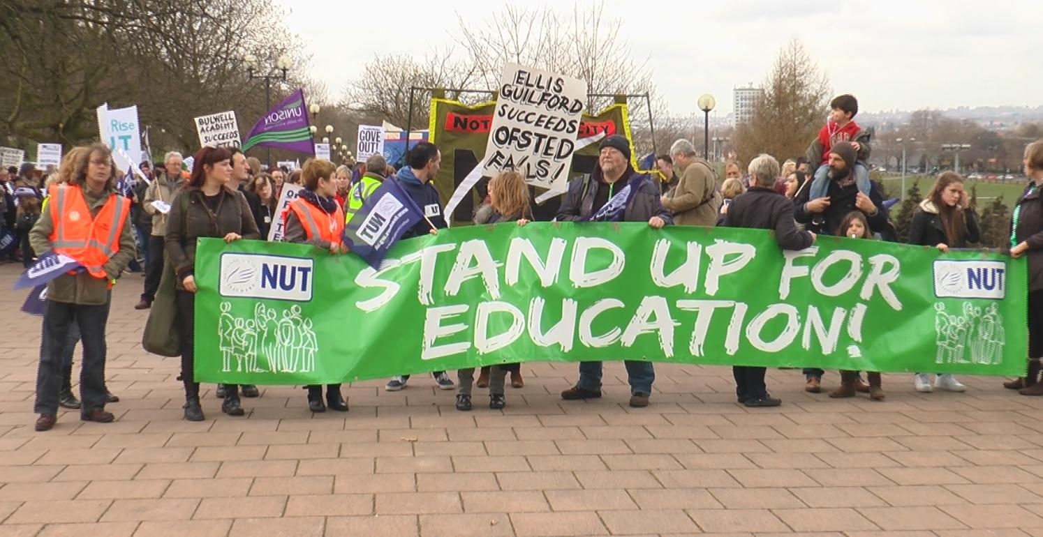 İngiltere'de öğretmenler sokaklara çıkıyor