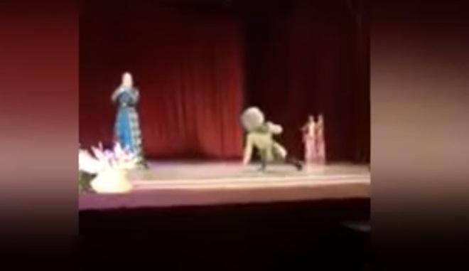 VİDEO | Sahnede fenalaşıp yaşamını yitirdi, seyirciler oyun sanıp alkışladı