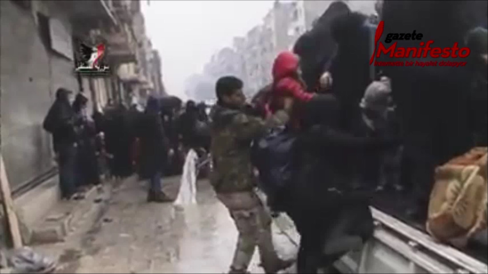 VİDEO | Siviller Halep'ten Suriye Ordusu'nun yardımı ve koruması altında çıkıyor