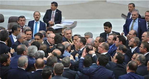 Meclis'te AKP ile HDP arasında tekmeli yumruklu kavga