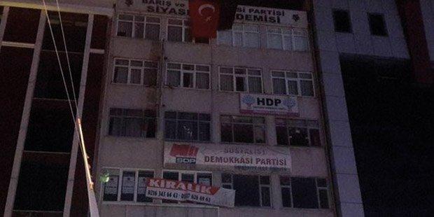 Polis HDP binasının çatısından düştü