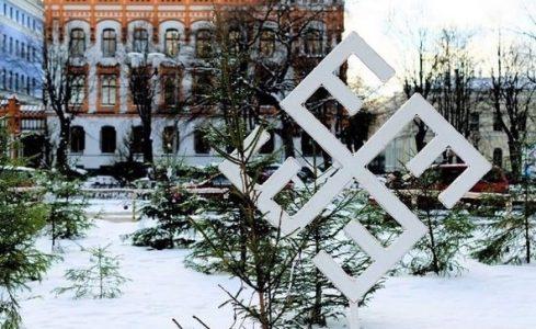 Letonya'nın ünlü parkına asılan yılbaşı süsleri ziyaretçileri şaşırttı