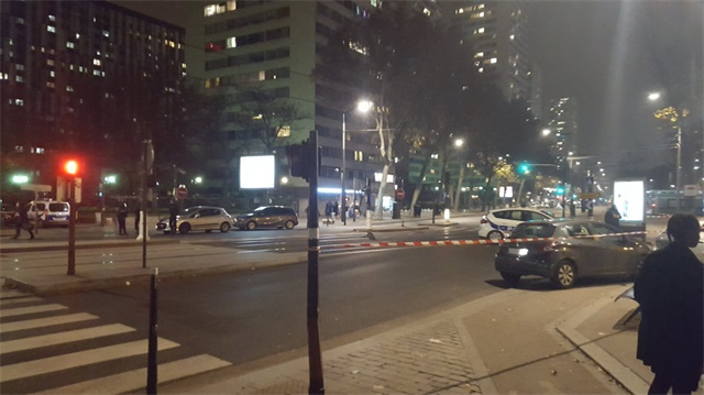 Paris'te silahlı bir saldırgan 7 kişiyi rehin aldı