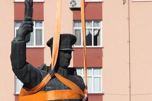Rize Belediye Başkanı muradına erdi: Atatürk anıtı gitti,'15 Temmuz Şehitler' anıtı gelecek