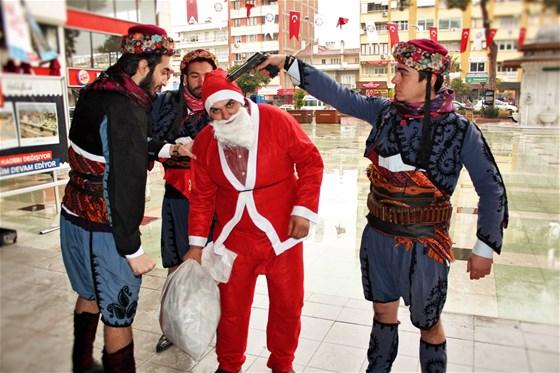 Gericilerin tuhaf 'Noel' eylemleri sürüyor: Kafasına silah dayayıp zeybek oynadılar...