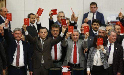 Başkanlık Anayasası teklifinin 17. maddesi Meclis'ten geçti. CHP'li vekiller 'Anayasa'lı protesto yaptı.