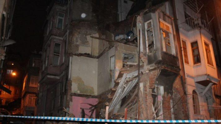 Beyoğlu'nda bina çöktü!