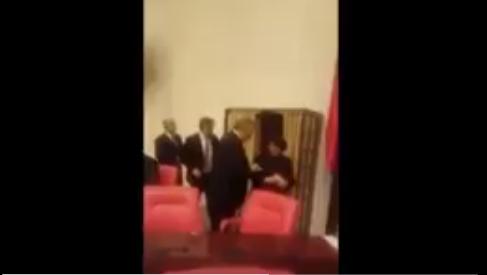VİDEO   Bir oylama rezaleti daha: Bu kez MHP Genel Başkan Yardımcısı, AKP'li Meclis Başkanvekiline oyunu gösterdi!