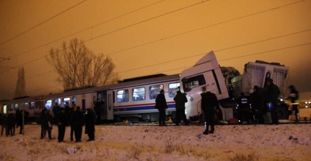 Kütahya'da yolcu treniyle TIR çarpıştı: Ölü ve yaralılar var