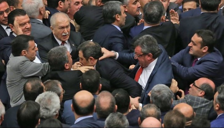 VİDEO | Başkanlık Anayasası görüşmelerinde Meclis'te kavga çıktı, 3. madde kabul edildi