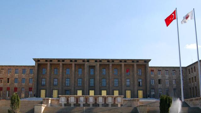 Başkanlıkta ikinci tur öncesi Meclis'e AKP zırhı: Halka açık bahçe bile kapatıldı