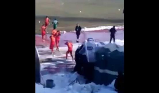 VİDEO | Amedspor'a yine saldırı: Futbolculara sahada küfür ettiler, ne buldularsa fırlattılar...