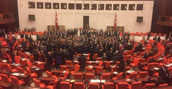 VİDEO | CHP'li vekiller Meclis'te kürsüyü işgal etti