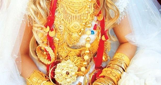 Gelin düğünde takılan altınları alıp kaçtı