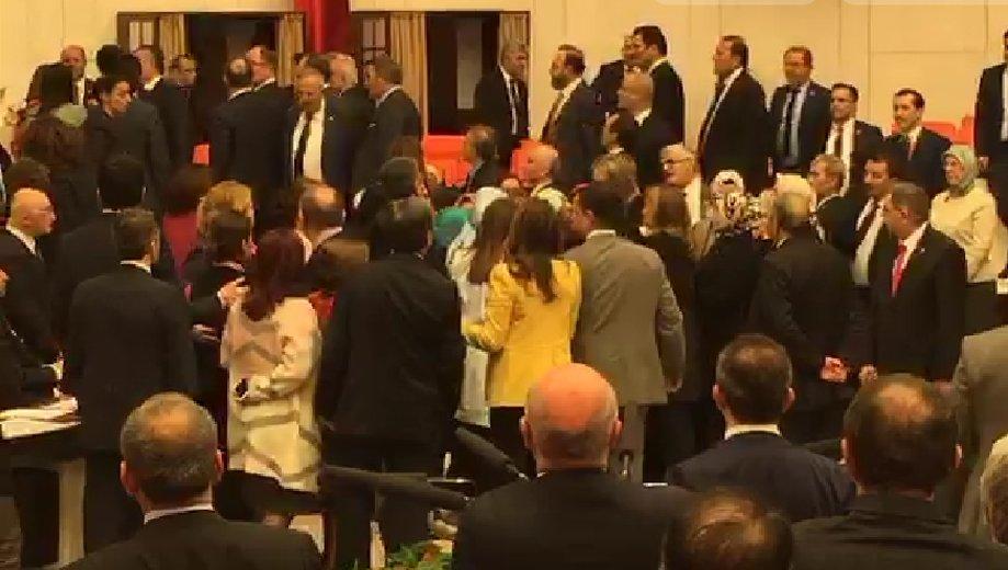 Aylin Nazlıaka kendisini Meclis kürsüsüne kelepçeledi!