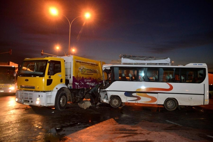 İşçileri taşıyan servis çöp kamyonuna çarptı: Çok sayıda yaralı var