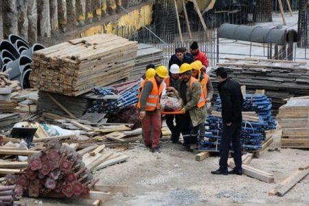 Bolu'da belediye inşaatında çalışan iki işçi iskeleden düştü