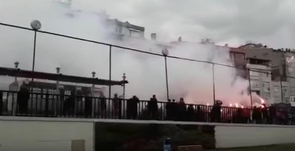 VİDEO | Gaziosmanpaşa'da taraftarlar belediye binasına saldırdı