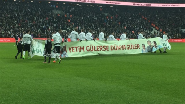 Ziraat Türkiye Kupası maçında skandal: Futbolcular Suriye'deki cihatçıların hamisi İHH'nın pankartını taşıdı!