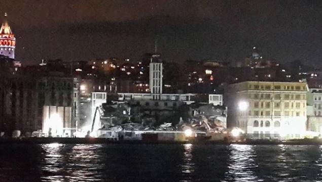 Tarihi Karaköy Yolcu Salonu geceyarısı operasyonuyla yıkıldı
