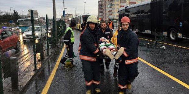 Yine Metro Turizm: Metrobüse çarptı, 7 yolcu yaralandı