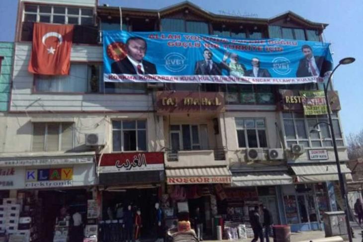 AKP'li belediye yıkım kararı alınan binada'EVET' pankartını aşamadı