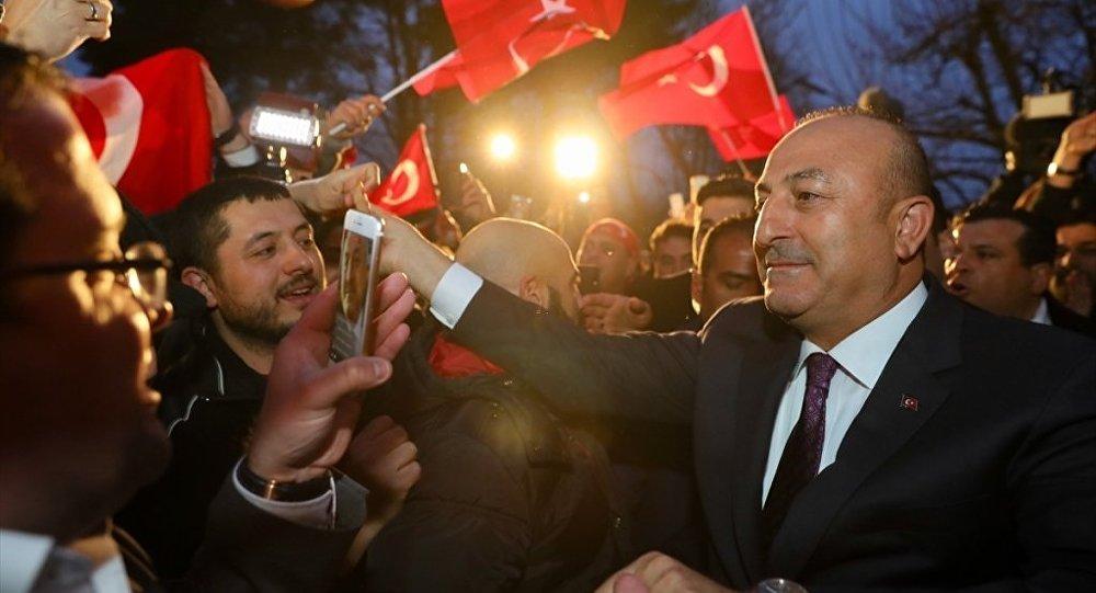 Çavuşoğlu konuşurken Alman gazeteci saldırıya uğradı: