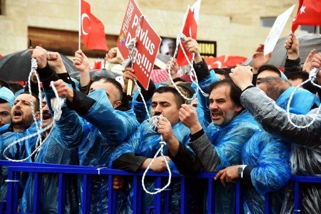 VİDEO | Darbe girişimi sanıklarına 'idam ipi' attılar