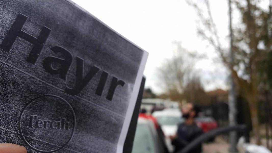 VİDEO | İstanbul Arel Üniversitesi'ne AKP'lilerin yaptığı çıkartmaya öğrencilerden büyük tepki!