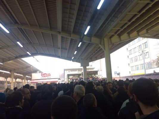 VİDEO | İstanbul'da sis nedeniyle ulaşım bu akşam da felç: Yolcular Marmaray'a sayıyla alınıyor!