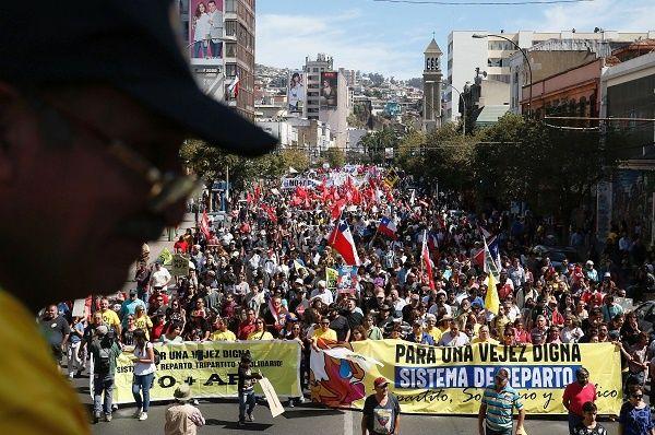 """Şili'de yüzbinler ülkelerindeki """"BES""""e karşı sokağa çıktı"""