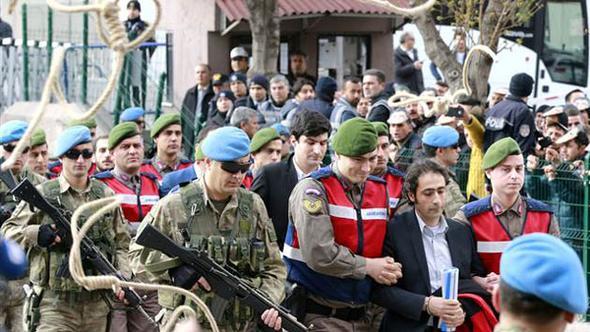 Ömer Halisdemir davası başladı, sanıklara yağlı urganlar atıldı