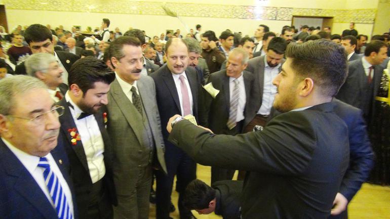 AKP'lilerden düğünde Bakan Faruk Çelik'e
