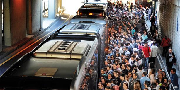 Metrobüs şoförleri isyanda: Donumuza kadar toplayıp diğer metrobüse götürüyoruz