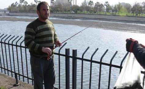 Balık için attığı oltaya kalaşnikof takıldı