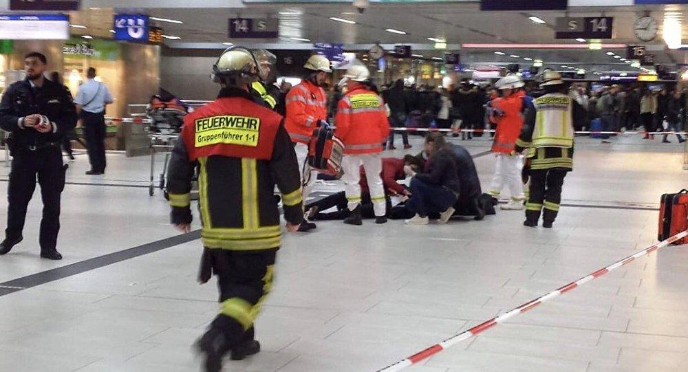 Almanya'da tren istasyonunda baltalı saldırı: Çok sayıda yaralı var