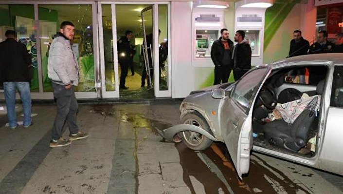 Antalya'da işsiz genç otomobille banka şubesine daldı: