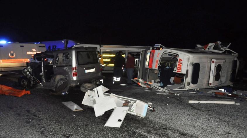 Ambulansla ticari araç kafa kafaya çarpıştı: 1'i hemşire 4 kişi hayatını kaybetti